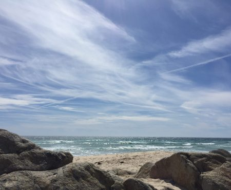 Strand mit Felsen