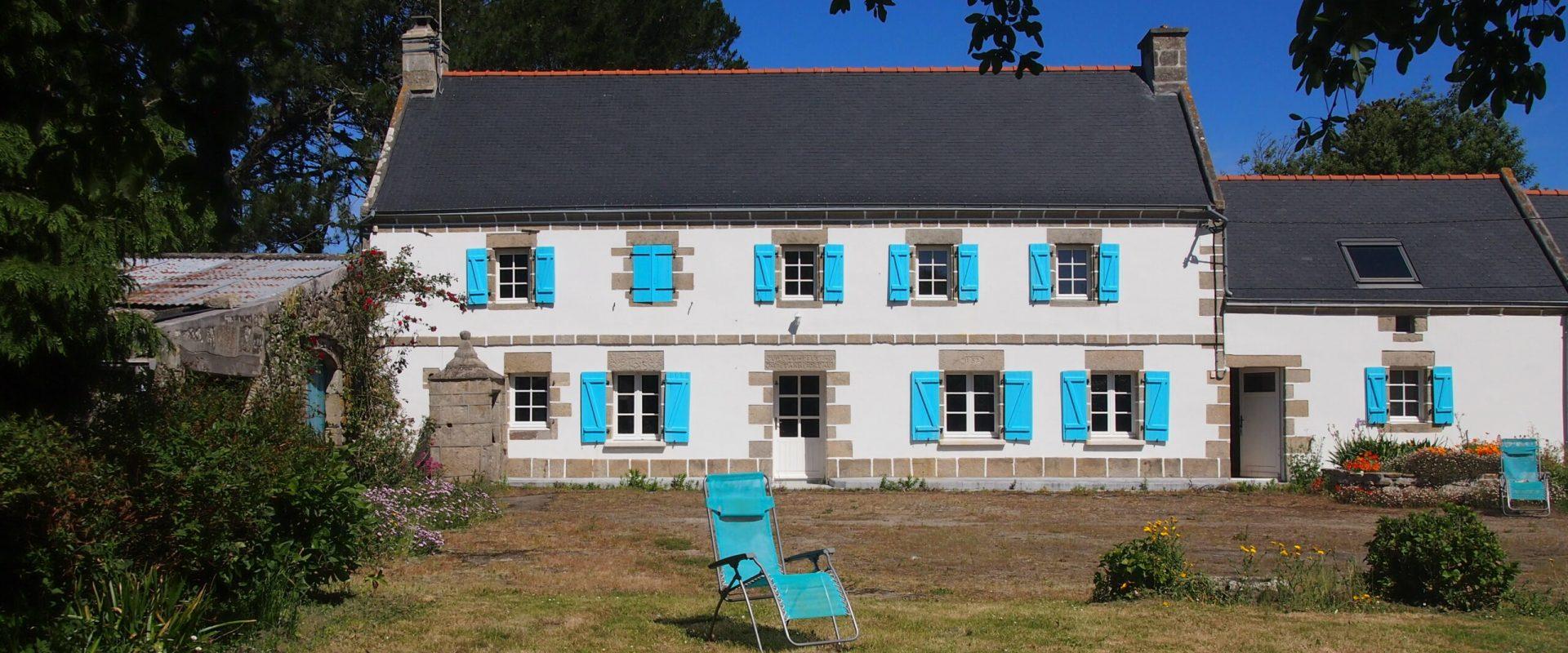 Außenansicht mit blauen Fenster